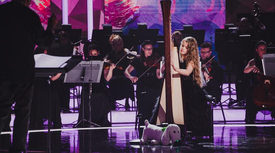 Zarina Zaradna na scenie telewizyjnego show