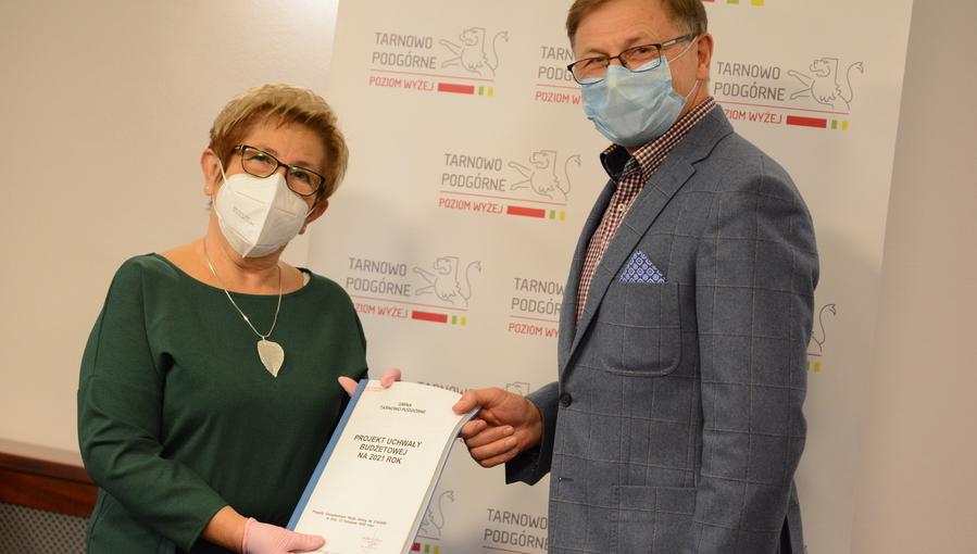 Wójt Gminy Tarnowo Podgórne przekazuje projekt budżetu na 2021 rok przewodniczącej Rady Gminy Tarnowo Podgórne