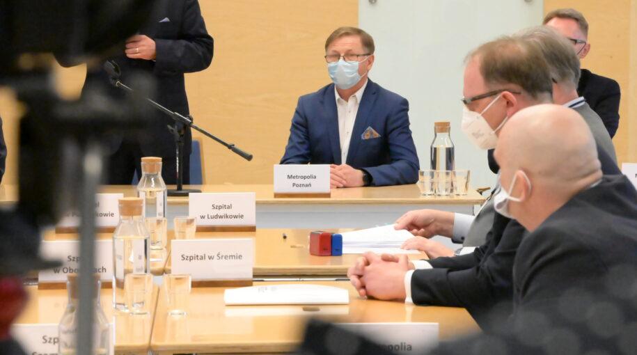 Zdjęcie z podpisywania umowy, a w tle Tadeusz Czajka, Wójt Gminy Tarnowo Podgórne