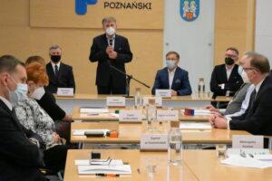 Zdjęcie ogólne sali podczas podpisywania umów