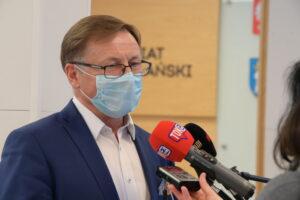 Tadeusz Czajka wypowiadający się do mediów