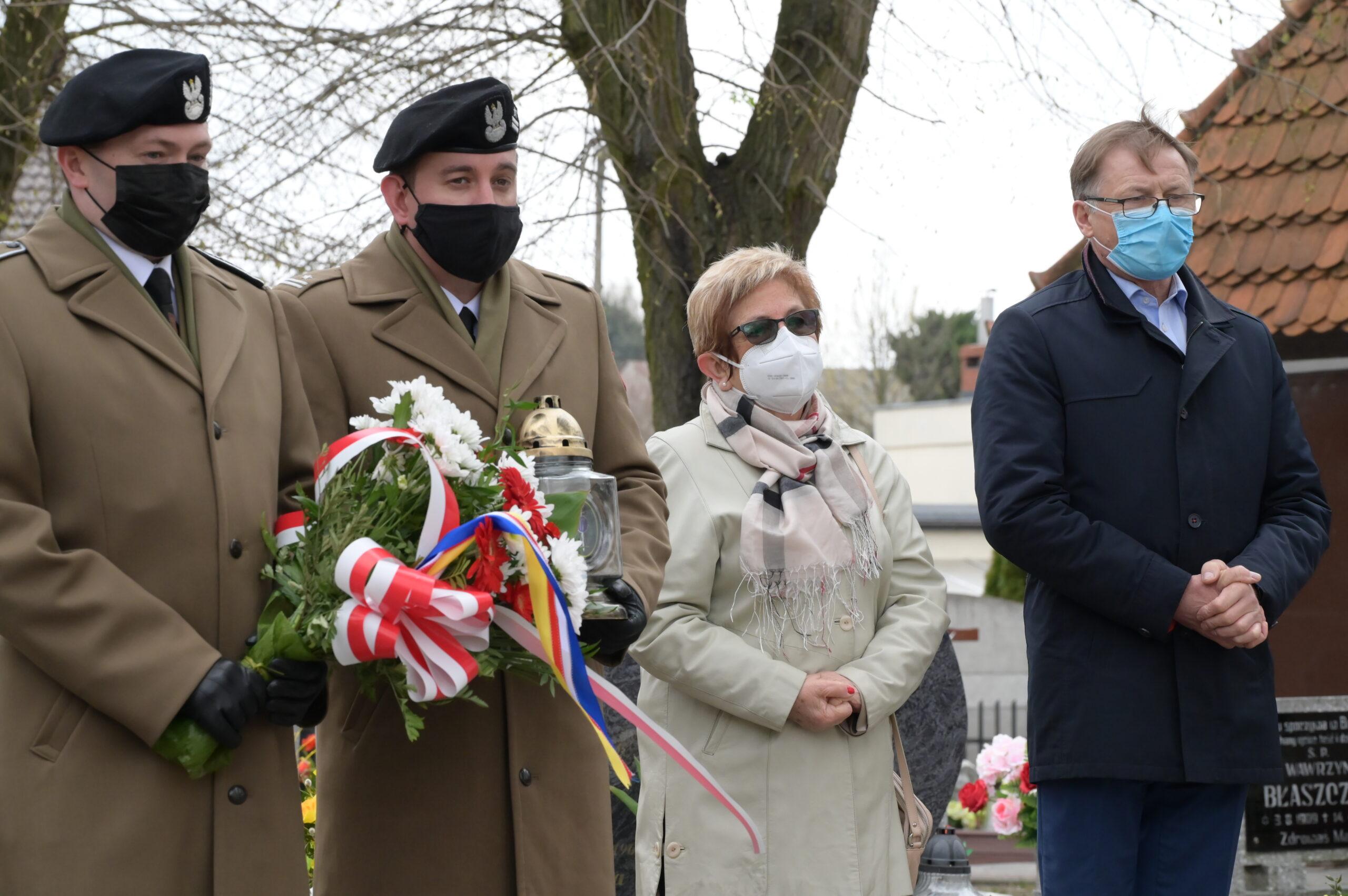 Na zdjęciu przedstawiciele wojska, przewodnicząca Rady Gminy Tarnowo Podgórne oraz Wójt Gminy Tarnowo Podgórne podczas uroczystości na cmentarzu w Lusowie.