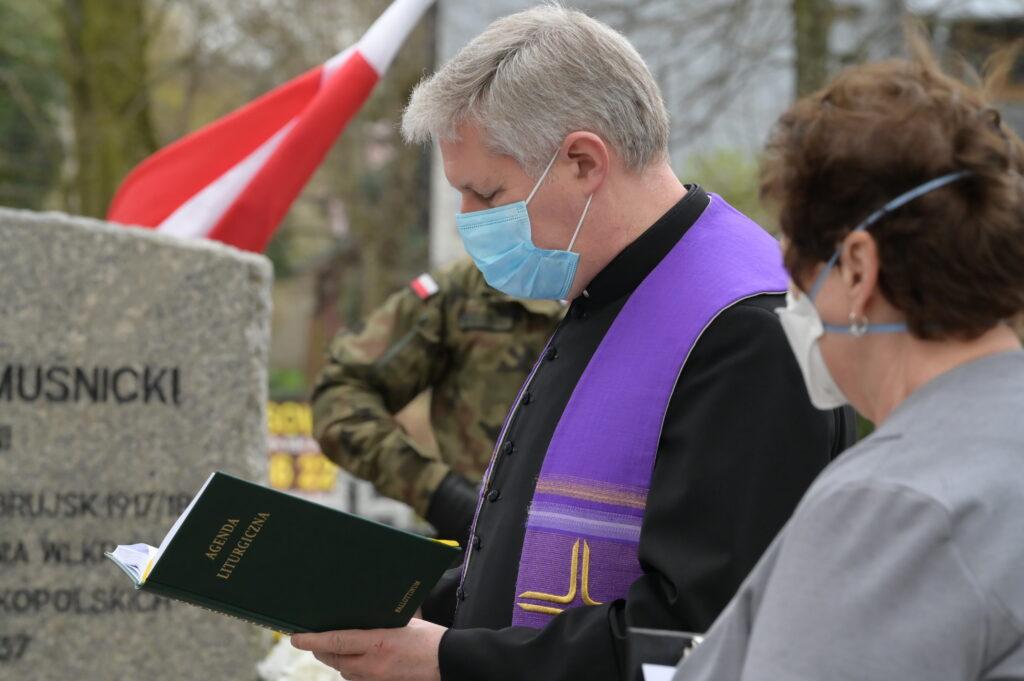Na zdjęciu ksiądz odprawiający modlitwę.