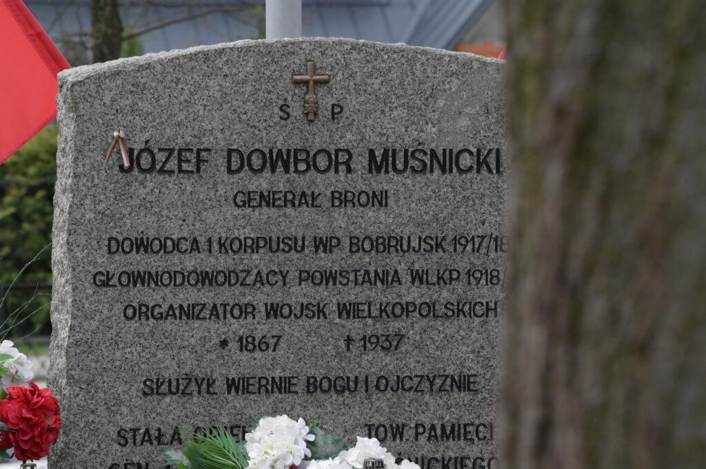 Na zdjęciu płyta pomnika Józefa Dwobor Muśnickiego w Lusowie.