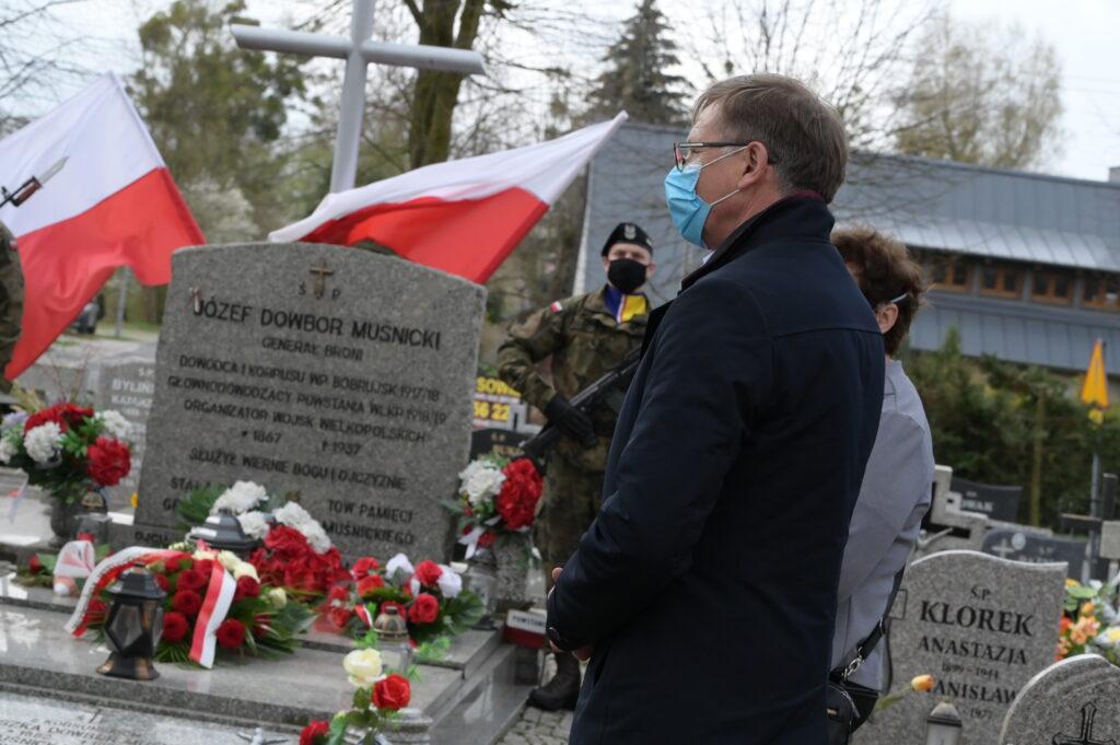 Na zdjęciu Wójt Gminy Tarnowo Podgórne przemawiający podczas uroczystości na cmentarzu w Lusowie.