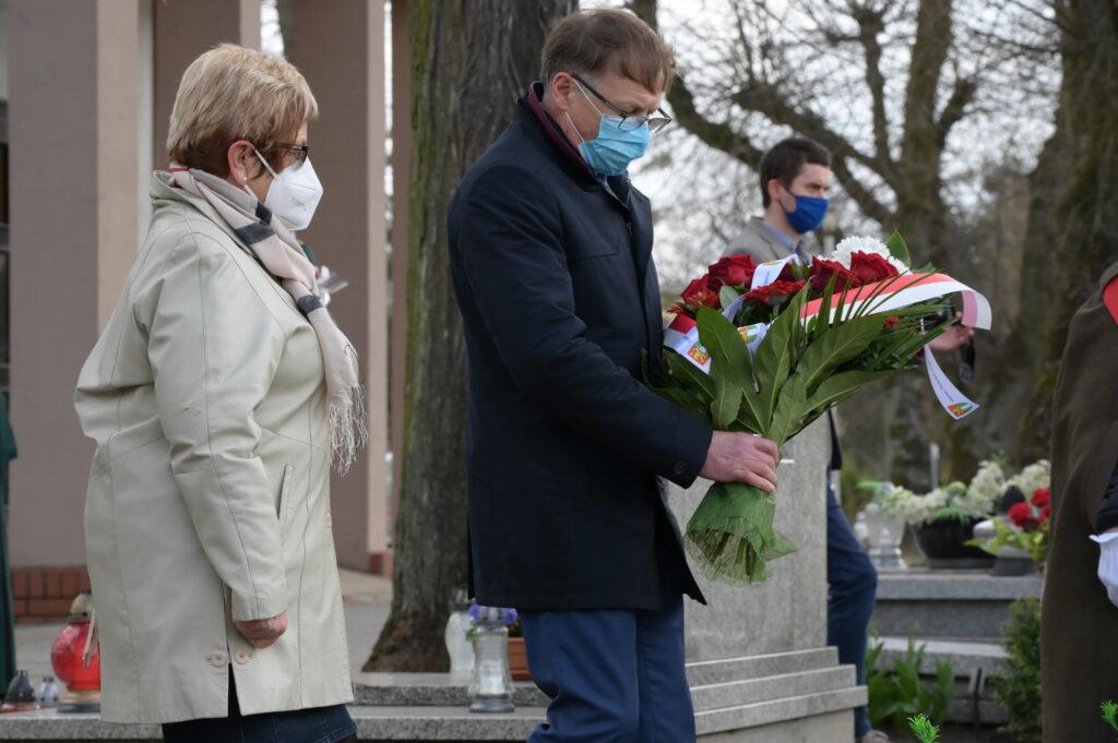 Na zdjęciu delegacja Gminy Tarnowo Podgóne składająca wiązankę kwiatów na grobie Józefa Dowbor Muśnickiego.