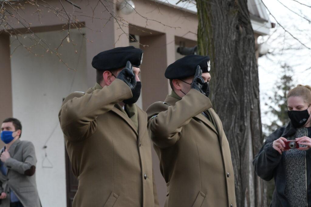 Na zdjęciu przedstawiciele wojska oddający hołd przed mogiłą.