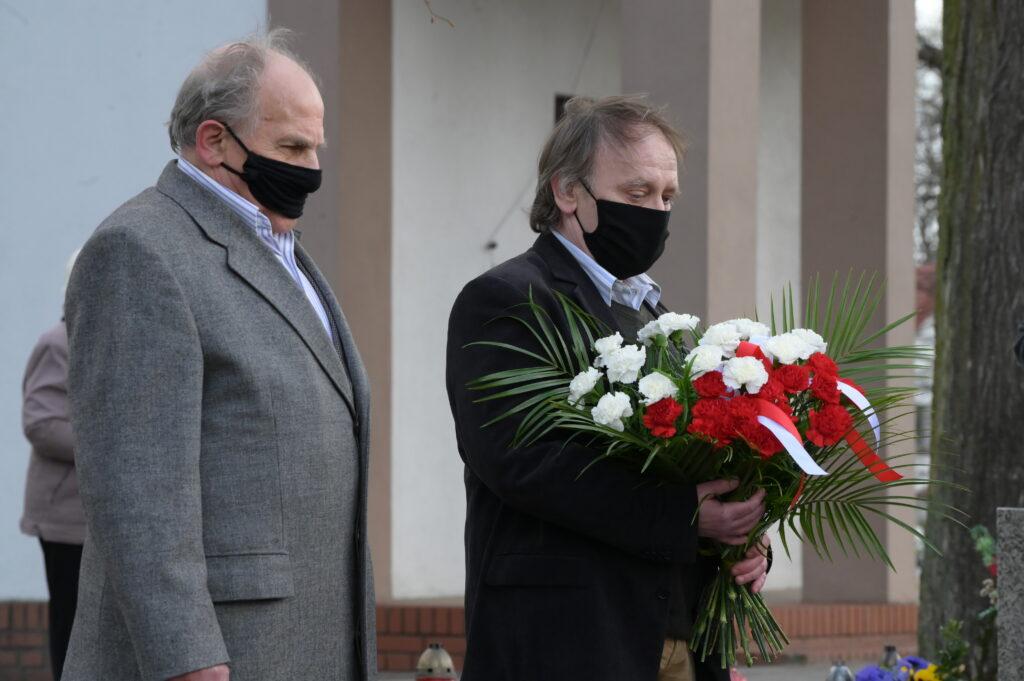 Na zdjęciu przedstawiciele Towarzystwa Pamięci Generała Józefa Dwowbora Muśnickiego z wiązanką kwiatów przy grobie.