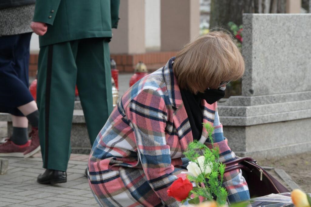 Na zdjęciu dyrektor Liceum Ogólnokształcącego w Tarnowie Podgórnym składająca wiązankę kwiatów.