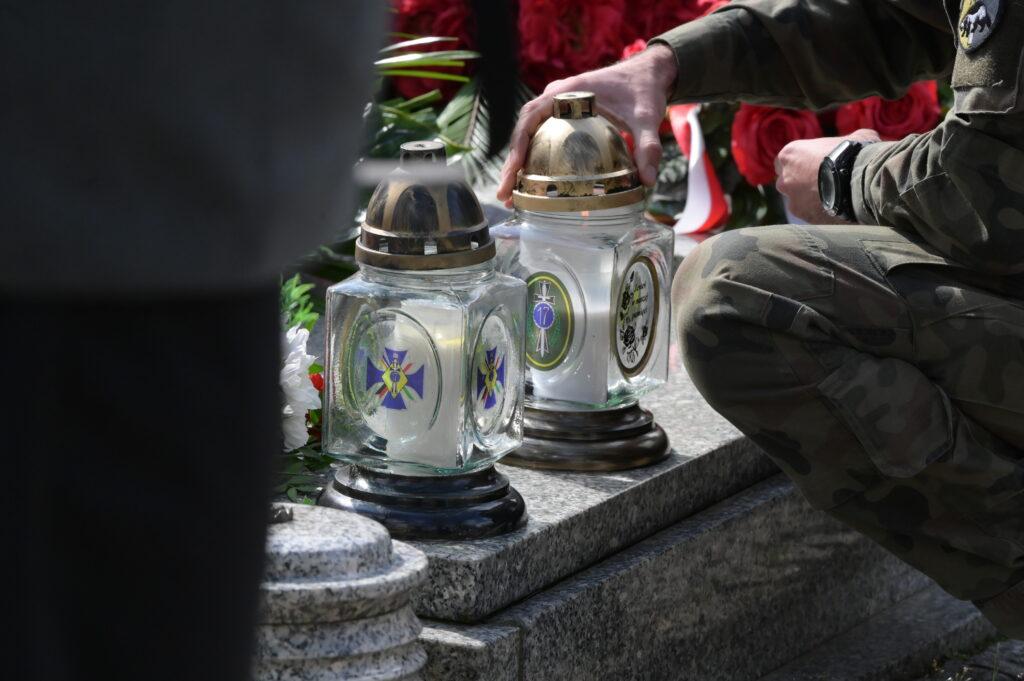 Na zdjęciu znicze na pomniku Józefa Dwobor Muśnieckiego w Lusowie