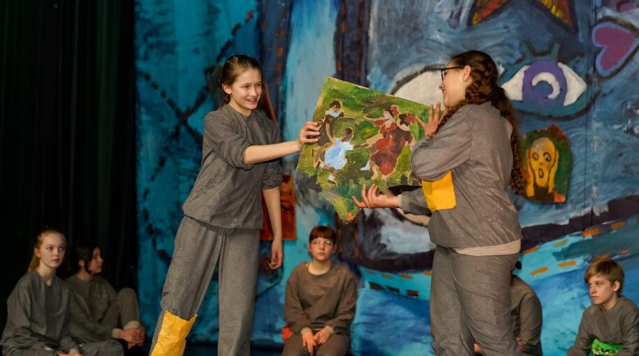Dzieci występujące na scenie Teatru w Każdej Wiosce