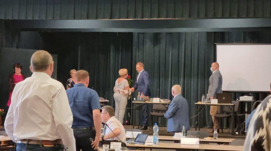 sesja absolutoryjna - przewodnicząca rady gminy gratuluje wójtowi